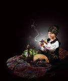 αιτίες μικρών παιδιών του τζιν από τον παλαιό λαμπτήρα Στοκ εικόνα με δικαίωμα ελεύθερης χρήσης
