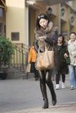 Αιφνιδιαστικό πορτρέτο του ψωνίζοντας κοριτσιού στοκ φωτογραφίες