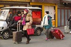 Αιφνιδιαστικό πορτρέτο των ταξιδιωτών δεσποινίδας στοκ εικόνες με δικαίωμα ελεύθερης χρήσης