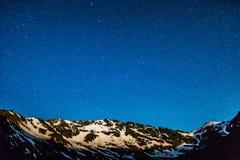 Αιχμές βουνών με τα αστέρια Στοκ Φωτογραφίες