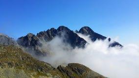 Αιχμές βουνών πέρα από τα σύννεφα Στοκ εικόνα με δικαίωμα ελεύθερης χρήσης