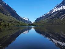 Αιχμές βουνών που απεικονίζουν στη λίμνη όπως σε έναν καθρέφτη, Νορβηγία στοκ φωτογραφίες με δικαίωμα ελεύθερης χρήσης