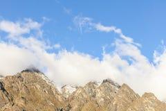 Αιχμές βουνών που καλύπτονται στα σύννεφα Στοκ Φωτογραφία