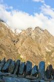 Αιχμές βουνών που καλύπτονται στα σύννεφα Στοκ φωτογραφία με δικαίωμα ελεύθερης χρήσης