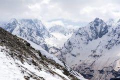 Αιχμές βουνών στο χιόνι, τα βουνά Καύκασου Στοκ Φωτογραφία