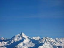 Αιχμές βουνών στο χιόνι Στοκ Εικόνες