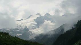 Αιχμές βουνών υψηλού tauern στο cloudscape όρη ευρωπαϊκά απόθεμα βίντεο