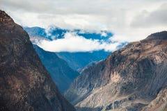 Αιχμές βουνών φθινοπώρου με τα σύννεφα, Altai, Σιβηρία, Ρωσία στοκ εικόνες