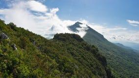 Αιχμές βουνών Suva Planina στο ηλιόλουστο πρωί που καλύπτεται με τα σύννεφα Στοκ Εικόνες
