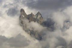 Αιχμές μεταξύ των σύννεφων πανόραμα ορεινών όγκων ορών blanc ιταλικό mont ορών Στοκ Εικόνες