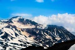 Αιχμές των βουνών επάνω από τα σύννεφα, Ρωσία, Kamchatka Στοκ φωτογραφία με δικαίωμα ελεύθερης χρήσης