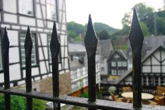 Αιχμές φρακτών και ιστορικά κτήρια ύφους tudor σε Monschau Στοκ Φωτογραφία