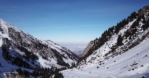 Αιχμές χιονιού που βρίσκονται στο φαράγγι Tuyuk SU Κοντά στην πόλη του Αλμάτι Πυροβολισμός με τον κηφήνα φιλμ μικρού μήκους