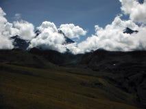Αιχμές Himalayan που τυλίγονται στα σύννεφα μουσώνα Στοκ Φωτογραφία