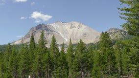 Αιχμή δασών και βουνών στο ηφαιστειακό εθνικό πάρκο Lassen απόθεμα βίντεο