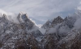 Αιχμή βουνών καθεδρικών ναών Passu με το νεφελώδες και ομιχλώδες περιβάλλον στο Πακιστάν Στοκ Φωτογραφίες