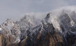 Αιχμή βουνών καθεδρικών ναών Passu με το νεφελώδες και ομιχλώδες περιβάλλον στο Πακιστάν Στοκ εικόνες με δικαίωμα ελεύθερης χρήσης