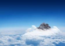 Αιχμή βουνών μέσω των σύννεφων Στοκ εικόνες με δικαίωμα ελεύθερης χρήσης