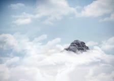 Αιχμή βουνών μέσω των σύννεφων Στοκ εικόνα με δικαίωμα ελεύθερης χρήσης