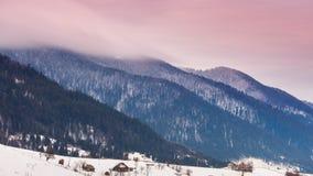 Αιχμή βουνών με το χτύπημα χιονιού από τον αέρα 33c ural χειμώνας θερμοκρασίας της Ρωσίας τοπίων Ιανουαρίου Κρύα ημέρα, με το χιό φιλμ μικρού μήκους