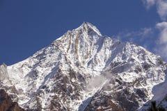 Αιχμή βουνών, περιοχή Annapurna, του Νεπάλ Ανατολή στα βουνά Όμορφο τοπίο στα Ιμαλάια Στοκ φωτογραφίες με δικαίωμα ελεύθερης χρήσης