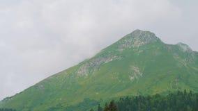 Αιχμή βουνών που καλύπτεται με τα σύννεφα στη Rosa Khutor Άποψη από τον ανελκυστήρα καρεκλών που κινείται κάτω απόθεμα βίντεο