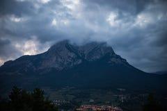Αιχμή βουνών που κρύβεται από το νεφελώδη ουρανό στο βράδυ στοκ εικόνες με δικαίωμα ελεύθερης χρήσης