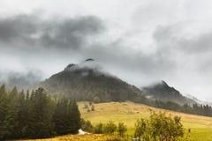 Αιχμή βουνών στην ομίχλη Στοκ φωτογραφία με δικαίωμα ελεύθερης χρήσης