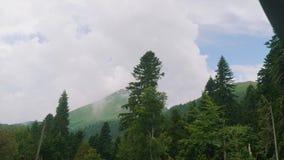 Αιχμή βουνών στη Rosa Khutor Άποψη από τον ανελκυστήρα καρεκλών που κινείται κάτω απόθεμα βίντεο