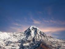 Αιχμή βουνών στον ορεινό όγκο Annapurna στο Νεπάλ Ιμαλάια Στοκ Εικόνες