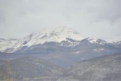 Αιχμή βουνών στο σύννεφο χιονιού στοκ εικόνες