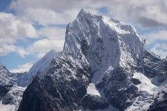Αιχμή βουνών Cholatse κατά τη νεφελώδη άποψη ημέρας από το πέρασμα Λα Renjo, Ev Στοκ φωτογραφία με δικαίωμα ελεύθερης χρήσης
