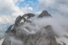 Αιχμή του βουνού Altmann στα σύννεφα, Alpstein, σύννεφα, μπλε ουρανός Στοκ φωτογραφία με δικαίωμα ελεύθερης χρήσης