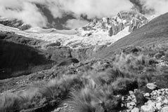 Αιχμή του Περού - Tawllirahu (η ορθογραφία Taulliraju - 5.830) στο BLANCA οροσειρών Στοκ φωτογραφία με δικαίωμα ελεύθερης χρήσης