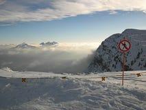 Αιχμή των βουνών στο χιονοδρομικό κέντρο. Μην υπογράψτε καμία είσοδο στο τέλος της κλίσης το χειμώνα. Στοκ φωτογραφία με δικαίωμα ελεύθερης χρήσης