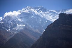 Αιχμή Annapurna και πέρασμα στα βουνά του Ιμαλαίαυ, περιοχή Annapurna, του Νεπάλ Στοκ φωτογραφία με δικαίωμα ελεύθερης χρήσης