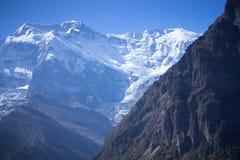 Αιχμή Annapurna και πέρασμα στα βουνά του Ιμαλαίαυ, περιοχή Annapurna, του Νεπάλ Στοκ Φωτογραφία
