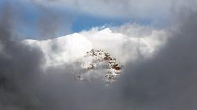 Αιχμή Chulu μεταξύ των σύννεφων, στρογγυλό κύκλωμα Annapurna Στοκ Φωτογραφίες
