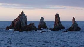 Αιχμηρά νησάκια στο ηλιοβασίλεμα αστουρίες, Ισπανία φιλμ μικρού μήκους