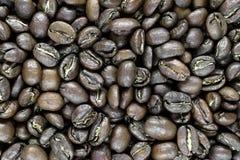 Αιχμηρός, σαφής και κλείστε επάνω την άποψη της επιφάνειας υποβάθρου φασολιών καφέ στοκ φωτογραφία