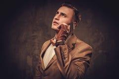 Αιχμηρό ντυμένο άτομο με το κινητό τηλέφωνο που φορά το δεσμό σακακιών και τόξων Στοκ εικόνα με δικαίωμα ελεύθερης χρήσης
