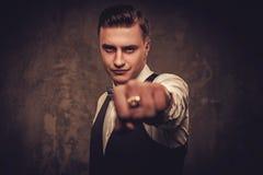 Αιχμηρό ντυμένο άτομο που φορά το δεσμό γιλέκων και τόξων που δείχνει με το δάχτυλό του Στοκ Φωτογραφία