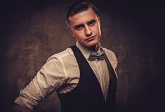 Αιχμηρό ντυμένο άτομο που φορά το δεσμό γιλέκων και τόξων Στοκ Εικόνες