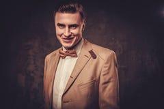 Αιχμηρό ντυμένο άτομο που φορά το δεσμό σακακιών και τόξων Στοκ εικόνα με δικαίωμα ελεύθερης χρήσης