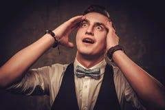 Αιχμηρό ντυμένο άτομο που φορά το δεσμό τόξων που παρουσιάζει συγκινήσεις Στοκ Φωτογραφία