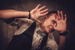 Αιχμηρό ντυμένο άτομο που φορά το δεσμό τόξων που παρουσιάζει συγκινήσεις Στοκ Εικόνες
