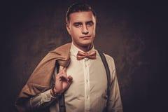 Αιχμηρό ντυμένο άτομο που φορά suspenders και το δεσμό τόξων Στοκ Φωτογραφία