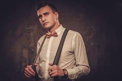 Αιχμηρό ντυμένο άτομο που φορά suspenders και το δεσμό τόξων Στοκ φωτογραφία με δικαίωμα ελεύθερης χρήσης