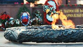 Αιώνια πυρκαγιά, ένα μνημείο και λουλούδια, ένας εορτασμός της νίκης Το αιώνιο μνημείο πυρκαγιάς, κλείνει επάνω την άποψη απόθεμα βίντεο