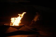 Αιώνια φλόγα στην αλέα ηρώων του Βόλγκογκραντ στοκ εικόνα